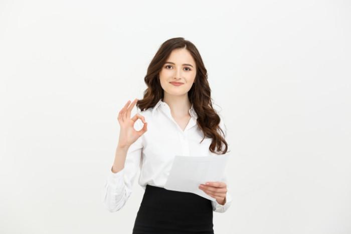 会計事務をしている女性のイメージ