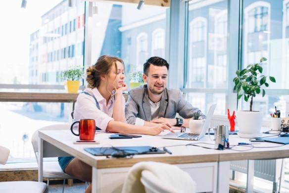 会計事務として働いている女性のイメージ