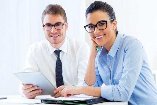 会計事務へ新卒で就職した男性のイメージ