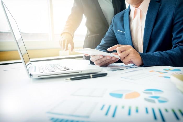 会計事務の平均年収を調べている男性のイメージ