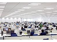 社内はパーテーションがなく、開放感のある配置になっています。