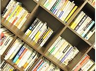 充実の社内図書。ジャンル問わずたくさんの本があります。